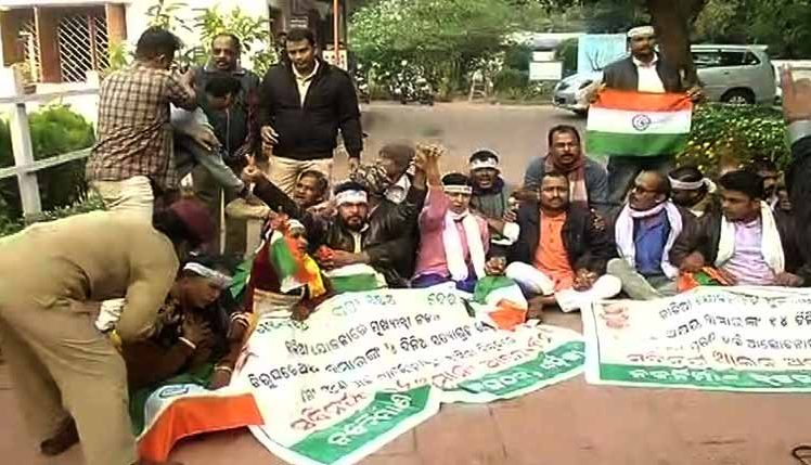 Farmers protest cut in KALIA assistance