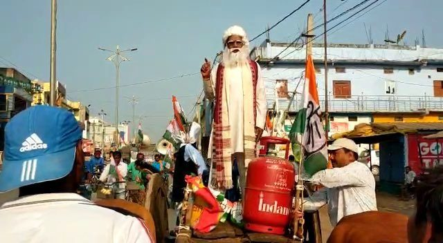 Congress activist dresses like Modi, asks people whether fuel prices have come down