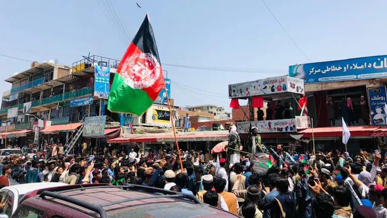Taliban open fire as hundreds of Afghans take to streets to support national flag